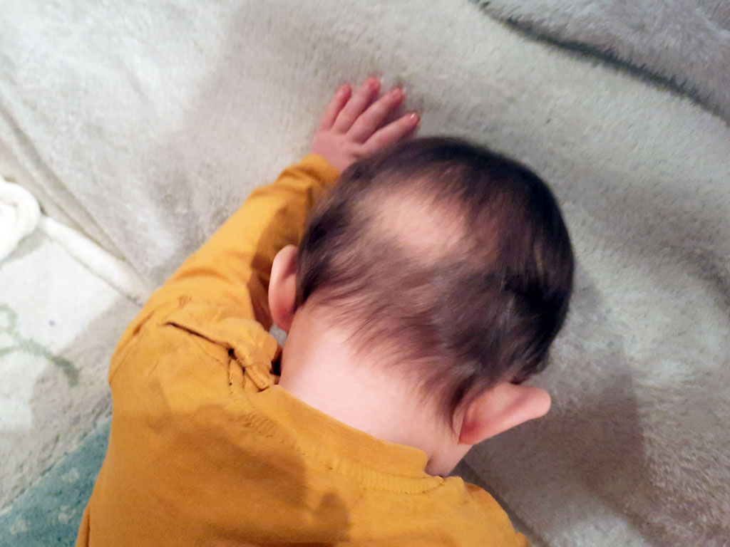 dojencek-udarja-z-glavo-ob-steno